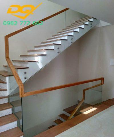 Cầu thang vách kính