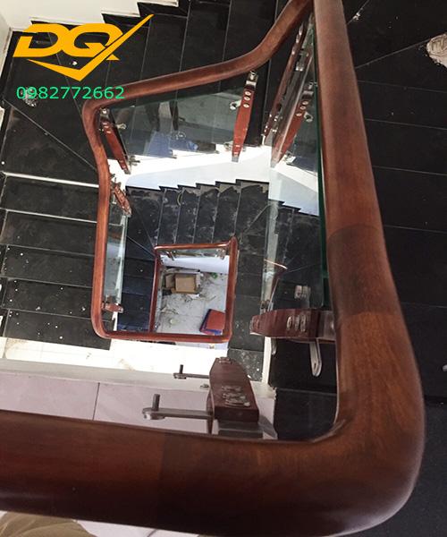 Báo giá cầu thang kính tay vịn nhựa mới nhất#5