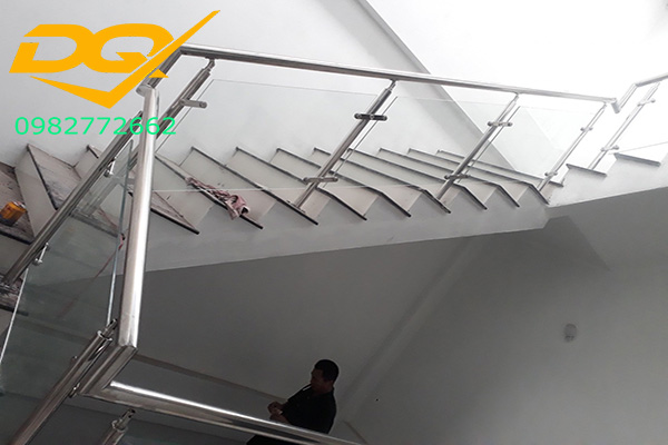 Cấu tạo và ưu điểm lan can cầu thang kính inox đẹp 2021